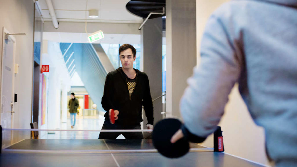 Procrasti-Pong: Master student Michael Lunde relaxes with table tennis in a hectic campus life. – I think it can be healthy to procrastinate sometimes, says Lunde.
